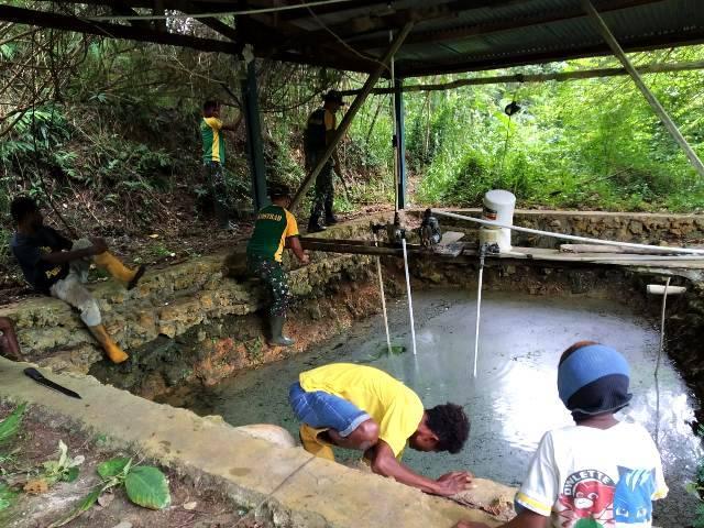 Satgas Yonif MR 413 dan Masyarakat Bersihkan Sumber Air di Kampung Yowong, Perbatasan RI-PNG