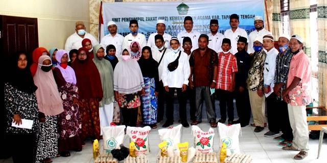 Distribusikan Sembako, UPZ Kemenag Tapteng Harapkan Masyarakat Terapkan Protokol Kesehatan