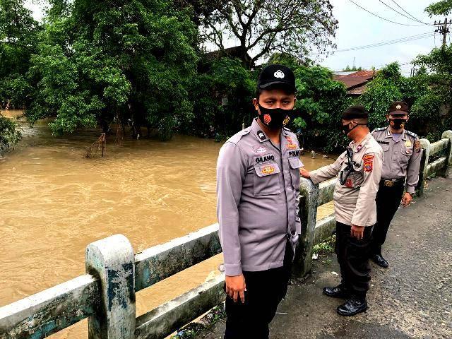 Polsek Medan Helvetia Tinjau Debit Air Sungai, Antisipasi Banjir