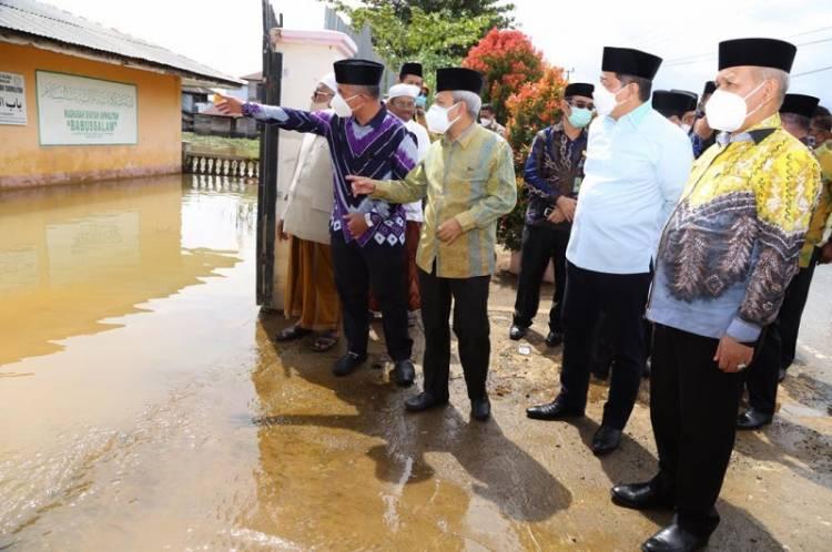 Sekjen Kemenag Serahkan Bantuan ASN kepada Masyarakat Terdampak Banjir di Kalsel