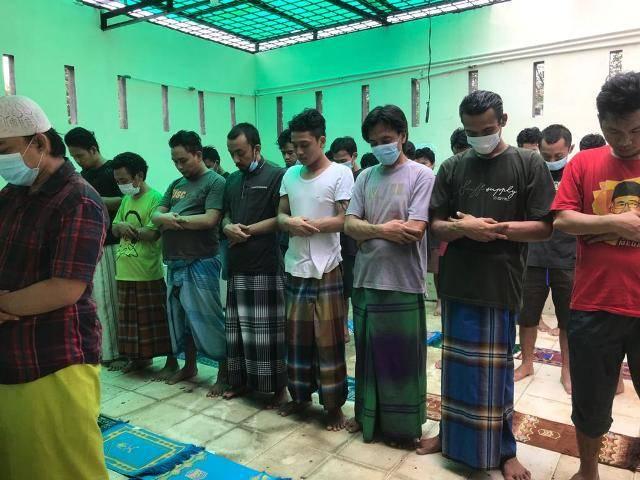 Jumat Barokah, Kapolsek Medan Baru dan Kanit Reskrim Berbagi Masker dan Perlengkapan Sholat untuk Tahanan