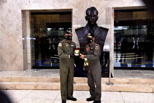 Panglima TNI Hadiri Penyematan Wing Kehormatan Penerbang TNI AU kepada Kapolri Idham Aziz