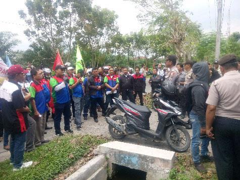 Seratusan Buruh Demo di Kantor KPU Deli Serdang