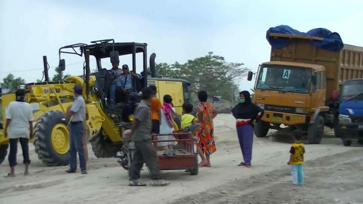Warga Hadang Kendaraan yang Melintas di Area Proyek Pembangunan Jalan Tol Medan-Binjai