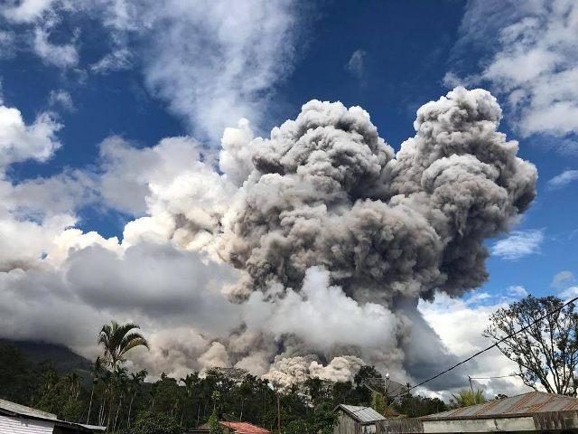 Gunung Sinabung Meletus, Penerbangan Sempat Terganggu di Bandara Kualanamu