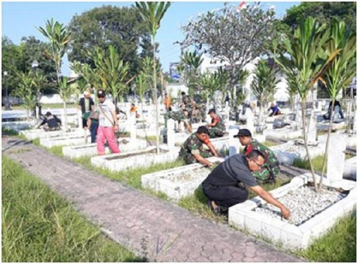 Koramil 09/TB dan Warga Tanjung Balai Kompak Bersihkan Taman Makam Pahlawan