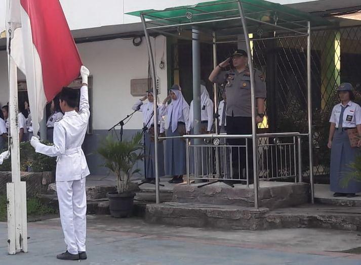 Kapolsek Medan Baru Jadi Pembina Upacara di SMA Negeri 2 Medan