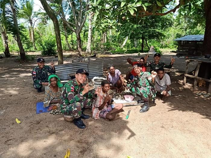 Warga Kampung Kondo Mengolah Kemiri Bersama Prajurit TNI Penjaga Perbatasan