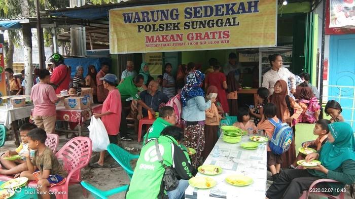 Masyarakat Serbu Makan Gratis di Warung Sedekah Polsek Sunggal
