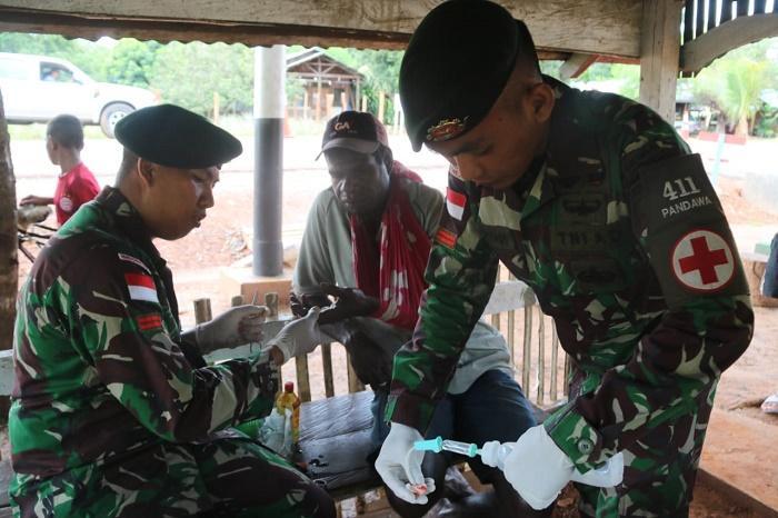Yonif 411 Kostrad Rawat Warga Papua Nugini yang Terkena Benda Tajam