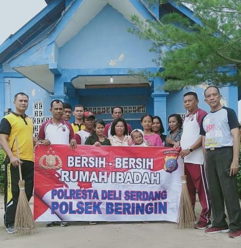 Polisi Beringin Bersihkan Rumah Ibadah dan Bantu Warga