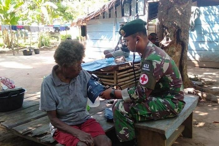 Prajurit TNI Layani Pengobatan Keliling di Kampung Toray Papua