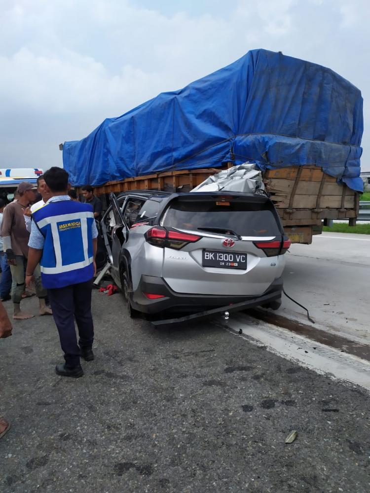 Tabrak Truk di Tol Tanjung Morawa, Pengemudi Toyota Rush Tewas, 2 Lainnya Luka-Luka