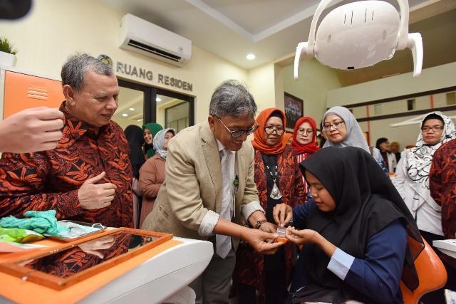 Resmikan Klinik PPDGS, Wakil Rektor IV USU Pasangkan Mata Tiruan untuk Pasien