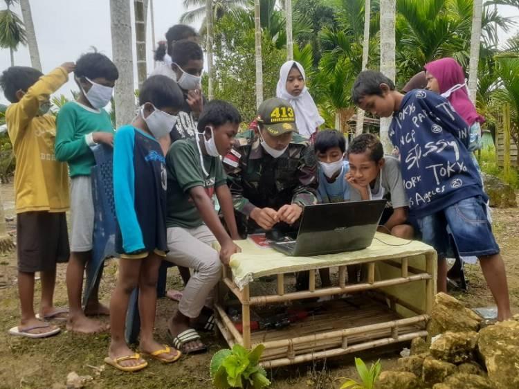 Satgas TNI Yonif 413 Kostrad Ajarkan Anak Perbatasan RI-PNG Literasi Digital
