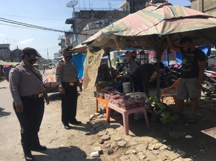 Lawan Penyebaran Virus Corona, Polsek Medan Timur Cegah Kerumunan Massa di Pasar Bulan Medan