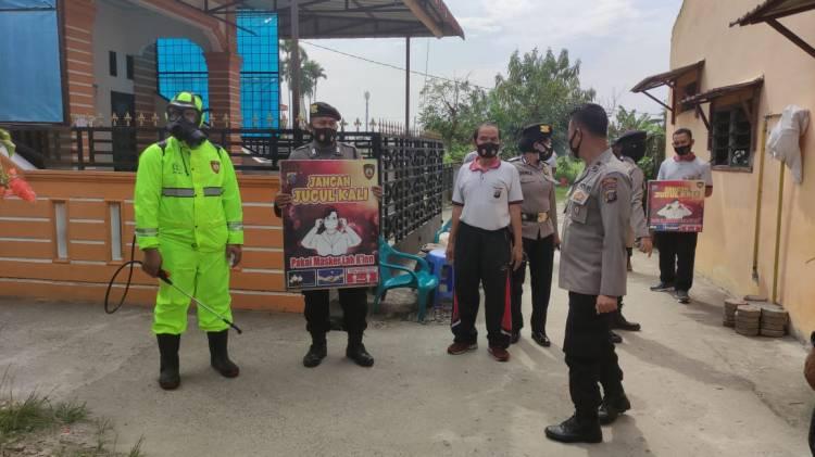 Ops Yustisi, Sat Sabhara Polresta Deli Serdang Semprotkan Cairan Disinfektan ke Pemukiman Warga
