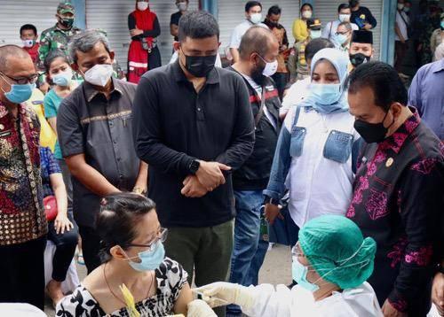 Pedagang Pasar Sei Sikambing Divaksin, Bobby Nasution Pesankan Tetap Jaga Protokol Kesehatan