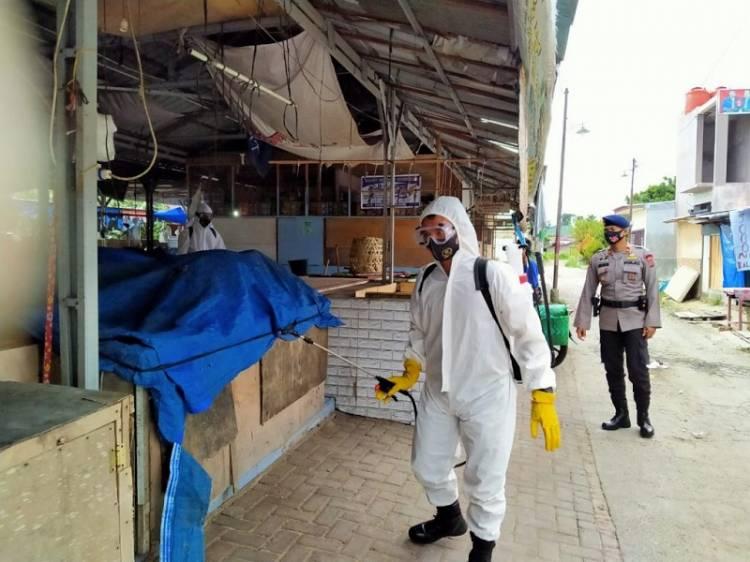 Brimob Poldasu Giat Semprotkan Disinfektan di Areal Pasar dan Perkantoran