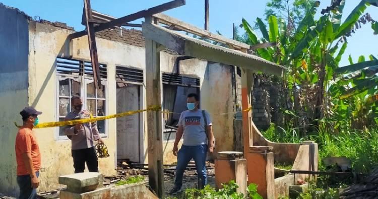 Kebakaran di Perumahan Sumbul Lestari, Kecamatan STM Hilir, Satu Unit Rumah Hangus