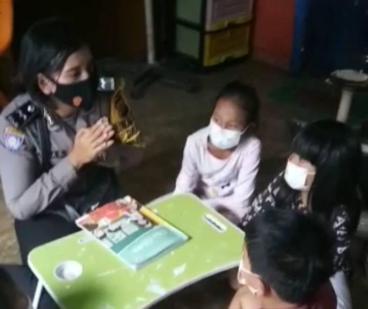 Dampak Pandemi Covid-19, Polwan Bhabinkamtibmas Polsek Medan Baru Ajari Anak-anak Binaannya