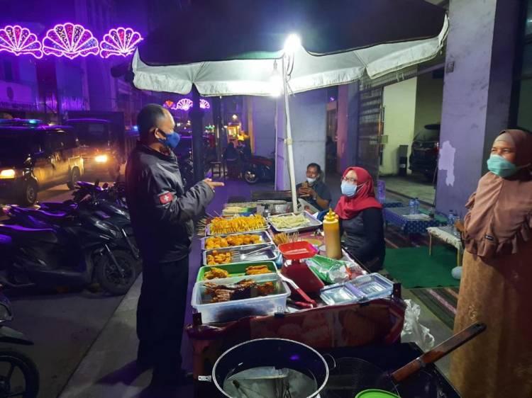 Lawan Corona, Polisi Ajak warga dan Pedagang Angkringan Disiplin Prokes di Medan
