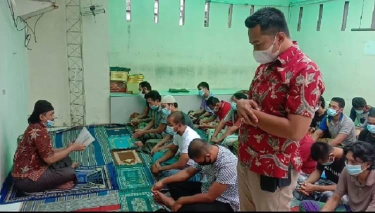 Terapkan Protokol Kesehatan, Kanit Reskrim Polsek Medan Baru Sholat Jumat Bersama Tahanan