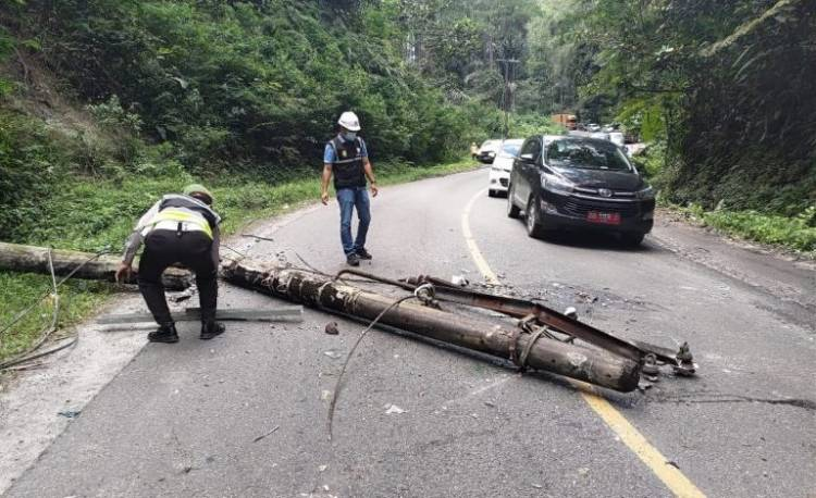 Satlantas Polsek Parapat Bantu Evakuasi Tiang Listrik Tumbang dan Timpa Mobil di Aek Nauli