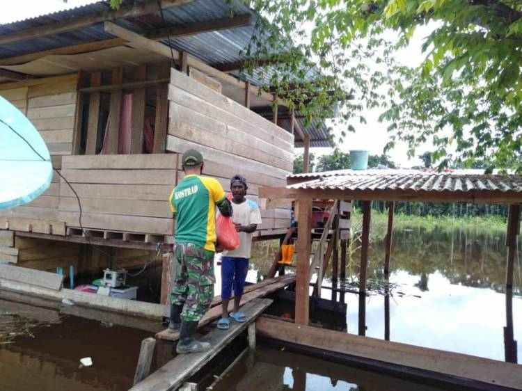 Banjir Belum Berakhir, Satgas 413 Kostrad Bantu Berikan Sembako