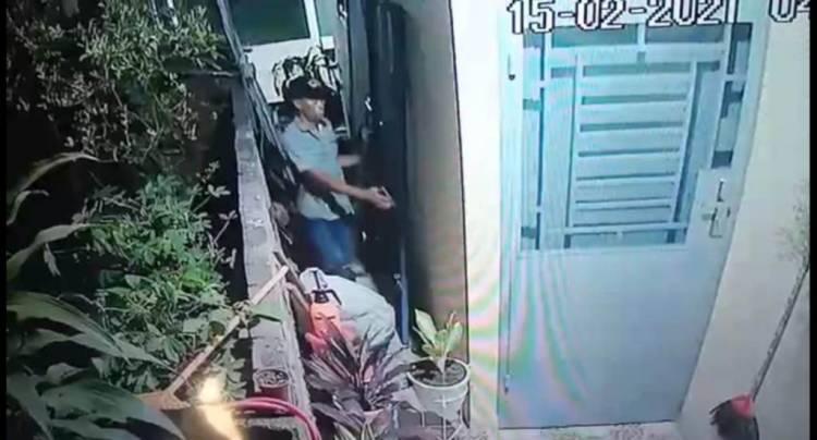 Sadar Aksinya Terekam CCTV, Pelaku Kembalikan Barang Curiannya
