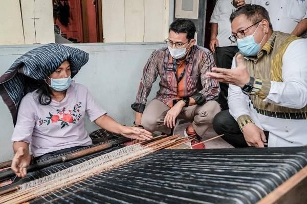 Resmikan Kampung Ulos di Dairi, Menparekraf Dorong Pengrajin Berinovasi Tingkatkan Produksi