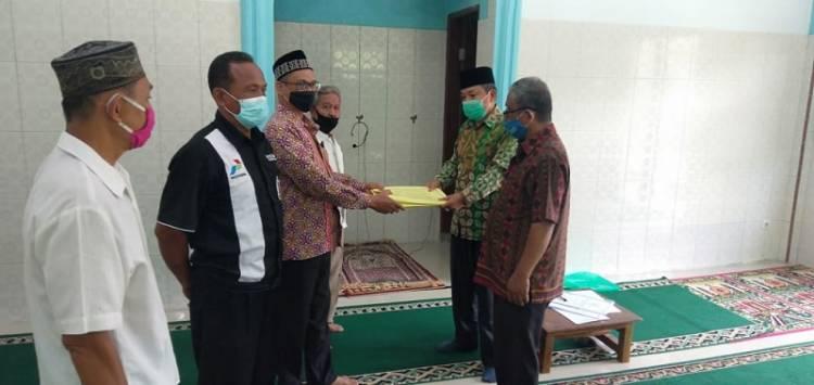 Kepala KUA Medan Sunggal Serahkan Akta Ikrar Wakaf Mesjid Assalam