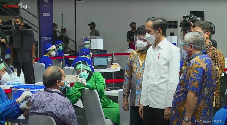 Presiden Jokowi Tinjau Vaksinasi Massal Bagi Wartawan di Senayan, Jakarta