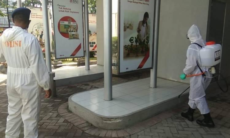 Brimob Polda Sumut Giat Semprotkan Disinfektan di Fasilitas Umum Kota Medan