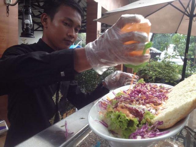 Roti Kreak di Taman Selfie Binjai, Paduan Mayones, Daging, Sayuran dan Saosnya...Hmmm... Nyummi...