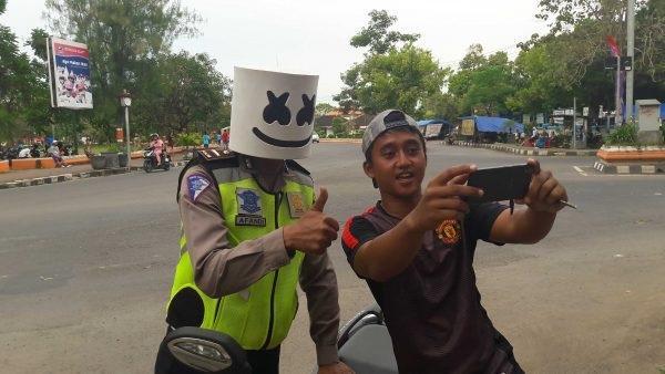 Meski Ditilang, Pria Ini Ajak Polantas Selfie