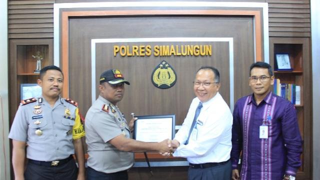 Kapolres Simalungun Terima Penghargaan dari Bank Mandiri Region Sumatera