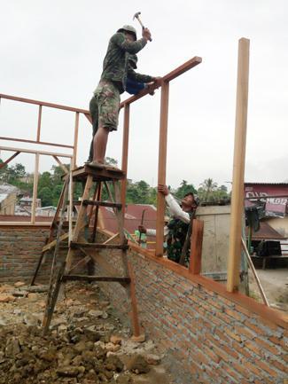 Koramil 01/SU Bantu Perbaiki Rumah Warga Tak Mampu di Siantar