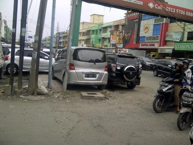 Kuasai Pedestrian Pejalan Kaki, Warga Minta Dishub Tindak Penjual Mobil Bekas di Jalan Nibung Raya Medan