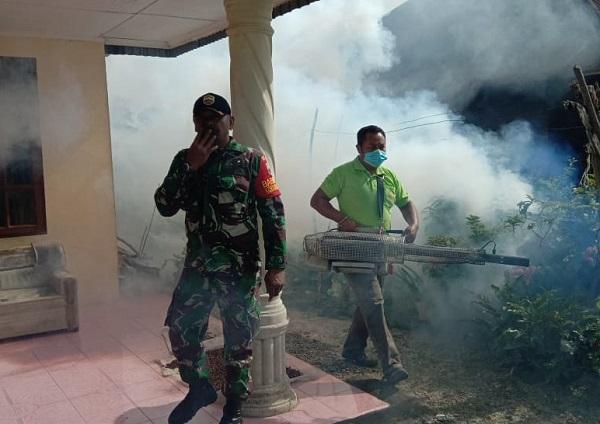 Manunggal dengan Rakyat, Babinsa Koramil 09/TB Dampingi Dinas Kesehatan Lakukan Fogging DBA di Simalungun