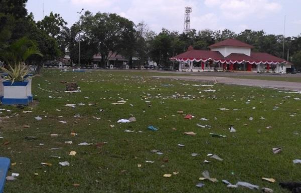 Sampah Masih Berserakan di Alun-alun Pemkab Deli Serdang Usai Acara Milenial Safety Road Festival