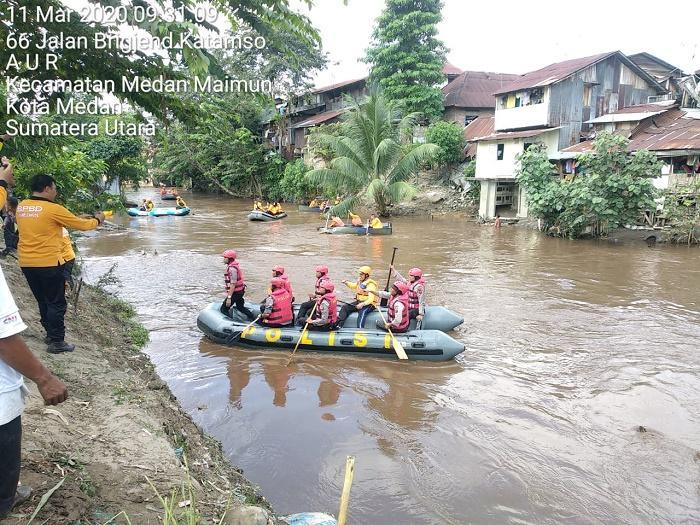 Preman Jalanan di Medan Bersihkan Bantaran Sungai Deli di Belakang Istana Maimun