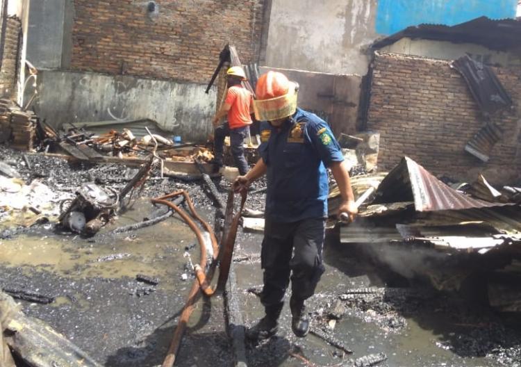 Kebakaran Hanguskan Rumah Penjaga Sekolah Advent 3 Jalan Bromo Medan