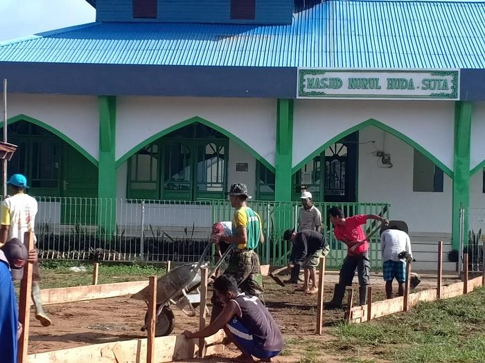 Manunggal dengan Rakyat Perbatasan RI-PNG, Yonif 411 Kostrad Lakukan Karya Bakti