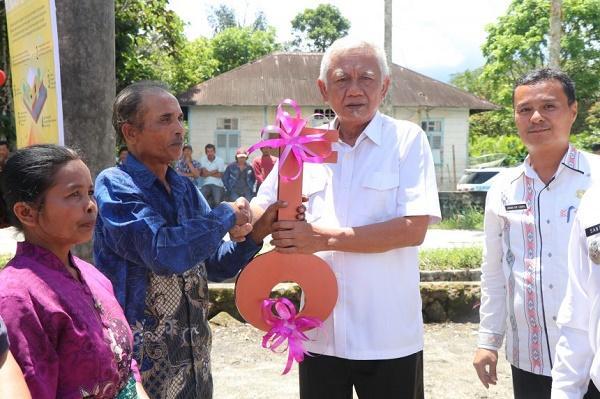 Bupati Tobasa Serahkan Terima Kunci Bantuan Stimulan Perumahan Swadaya 2019 dan 2020