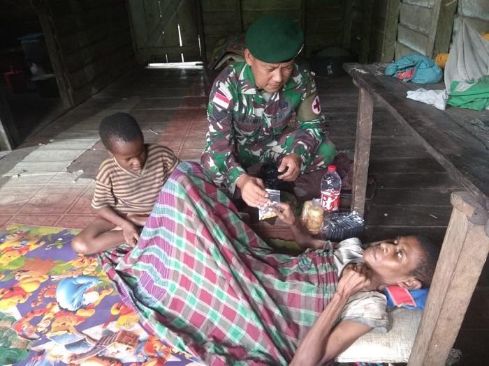 Prajurit Pamtas Yonif 411 Kostrad Rawat Warga Sakit di Kampung Rawa Biru