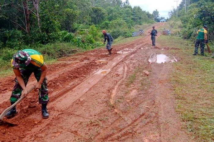 Personil TNI Yonif 411 Kostrad Karya Bakti Bersihkan Jalanan Kampung Kirely