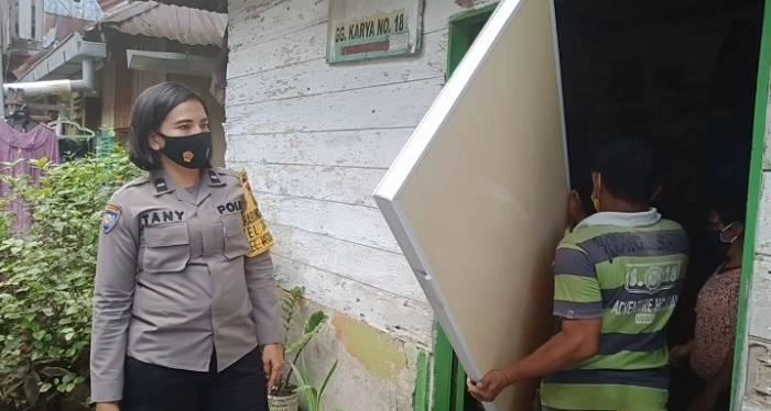 Bhabinkamtibmas Polsek Medan Baru, Aipda Tani Sumbangkan Pintu Kamar Mandi dan Sembako untuk Warga Kurang Mampu
