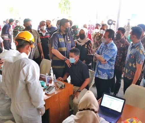 Tinjau Vaksinasi Covid-19 di Pasar Petisah, Bobby Nasution Minta Pedagang Terapkan Prokes