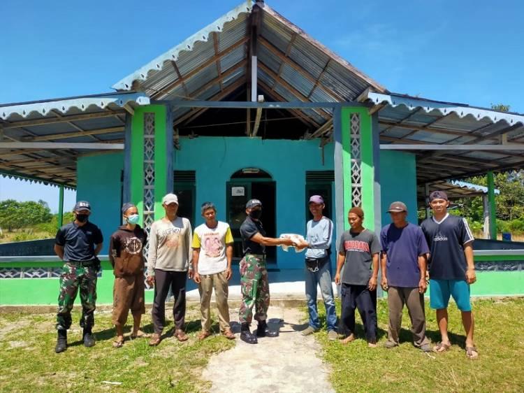 Satgas Yonif 642/Kapuas Berbagi Kaos dengan Masyarakat Perbatasan RI-Malaysia